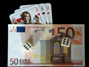 dinheiro, cartas e dados